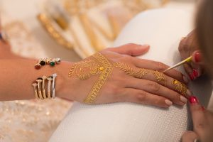 Guests receiving henna at the Piaget event by Loesje Kessels Fashion Photographer Dubai